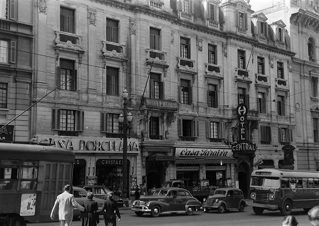 Avenida São João e hotéis Britânnia e Central, em 1953 (clique para ampliar)