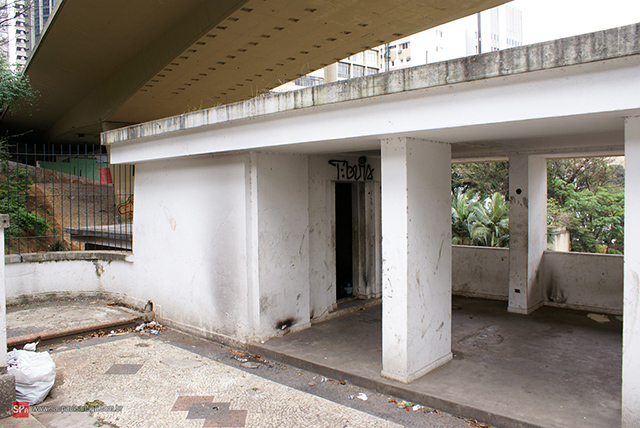 O local em 2010: abandono, sujeira e usuário de drogas (clique para ampliar)