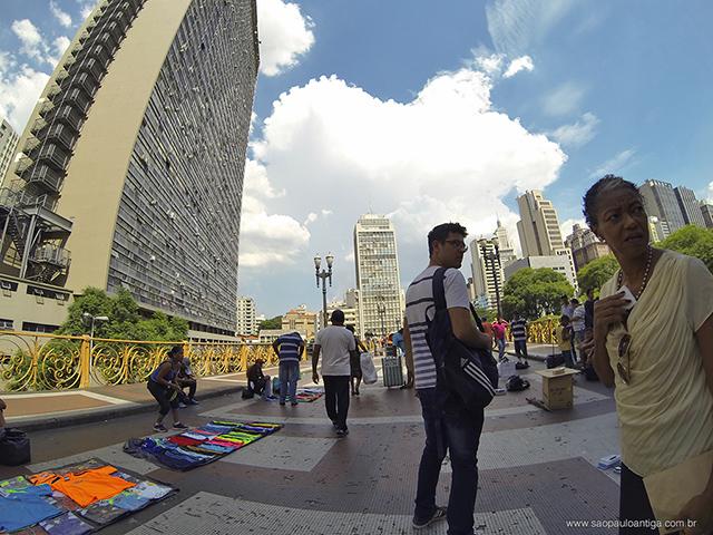 Disputa de espaço no viaduto entre ambulantes e pedestres é acirrada (clique para ampliar)