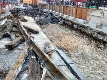 Operários encontram trilhos de bonde na Avenida São João