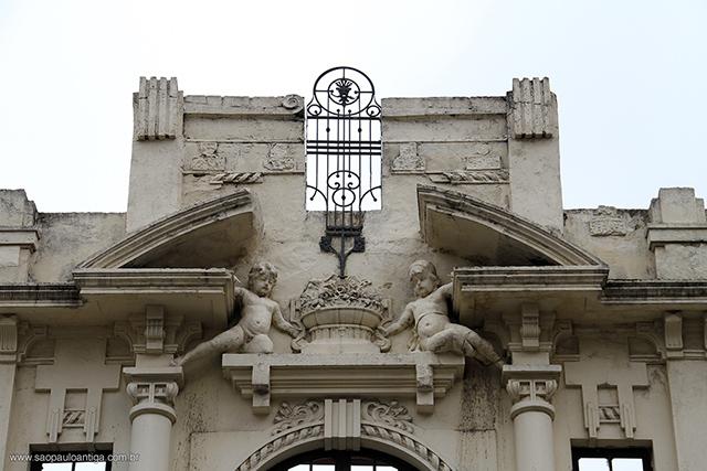 No frontão, a parte mais bela da fachada (clique na foto para ampliar)