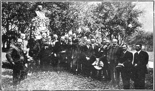 Colegas de faculdade de Celso Garcia, diante do monumento em 1925