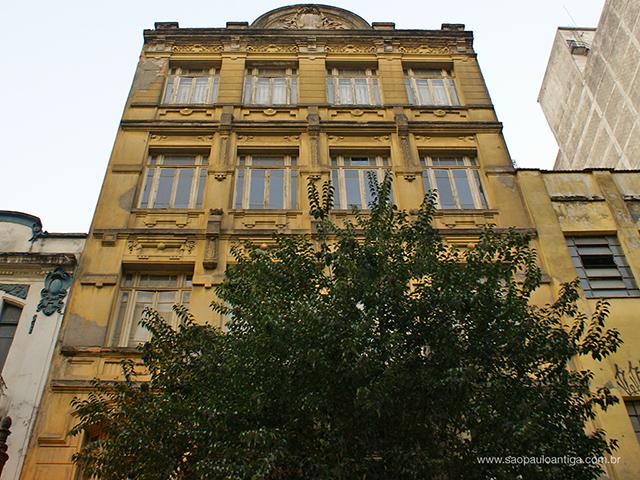 O edifício em 2014, antes de sua recuperação (clique para ampliar)