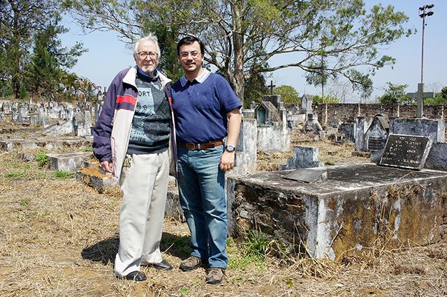 Eu e o Dr Milton Bednarski em cemitério abandonado (2013)