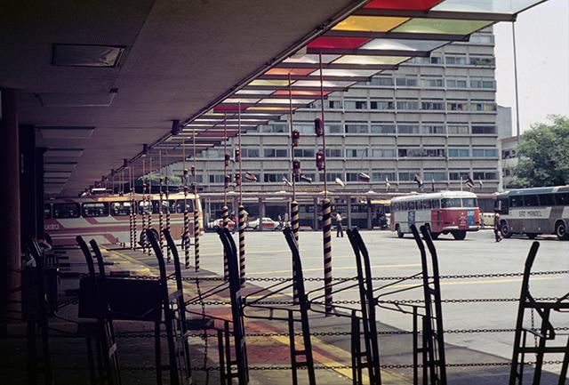 Na área externa, destaque para um ônibus de Guarulhos