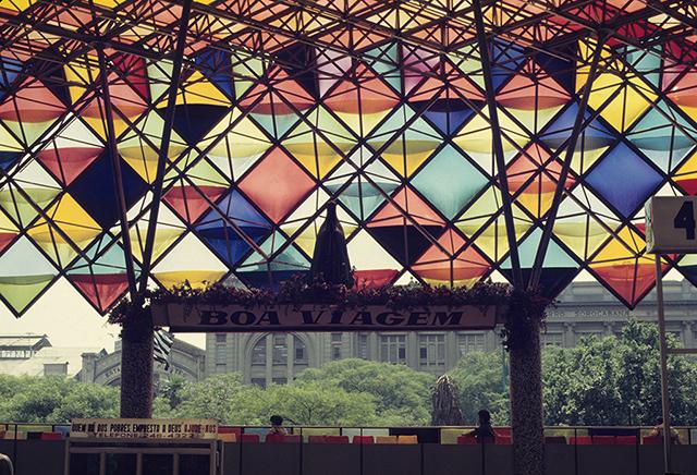 Destaque para a Padroeira do Brasil e a estação ferroviária ao fundo