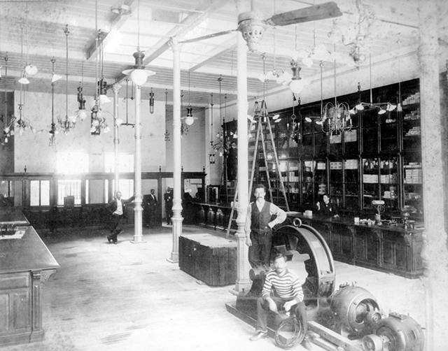 Interior do armazém da James Mitchell & Co em 1900 (clique para ampliar)