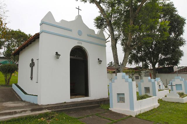Nesta foto: a capela do cemitério e sepultura próxima