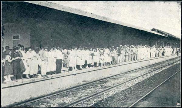 Uma multidão aguarda na estação a chegada do empresário Félix Guisard em 1919.