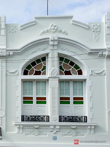 A fachada do imóvel possui grande riqueza de detalhes.