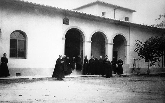 Na foto, Monges do Mosteiro de São Bento visitam o Sítio Morrinhos, em 1928 (clique para ampliar).
