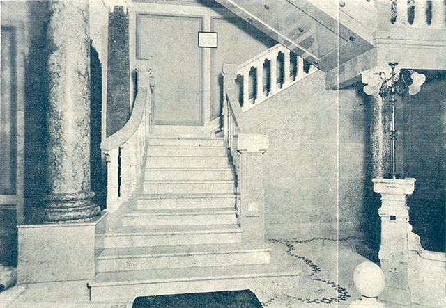 As escadarias de mármore (clique na foto para ampliar).