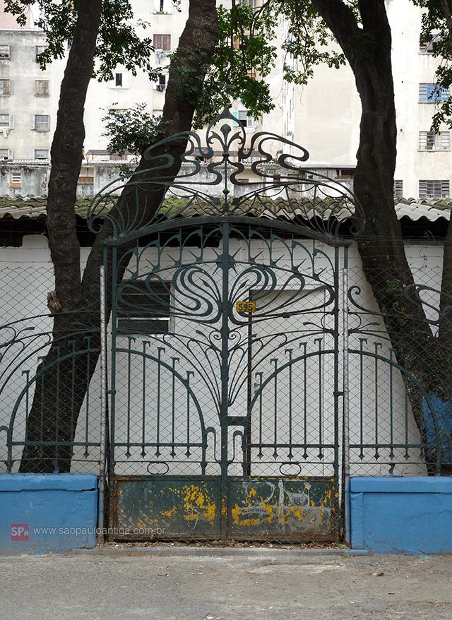 O portão resiste até hoje.