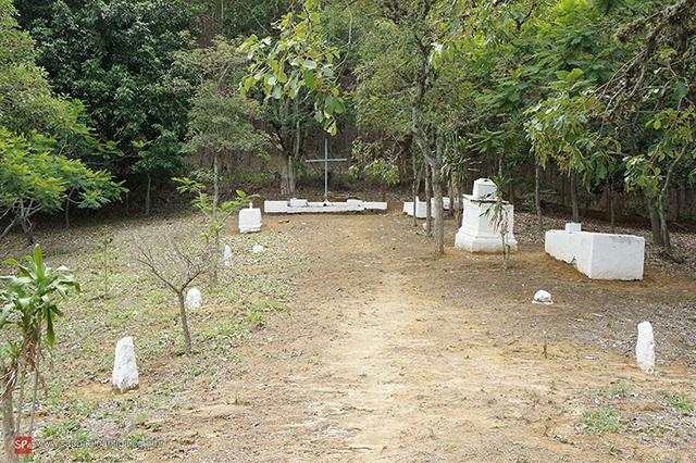 Uma vista mais aberta do cemitério abandonado (clique na foto para ampliar).