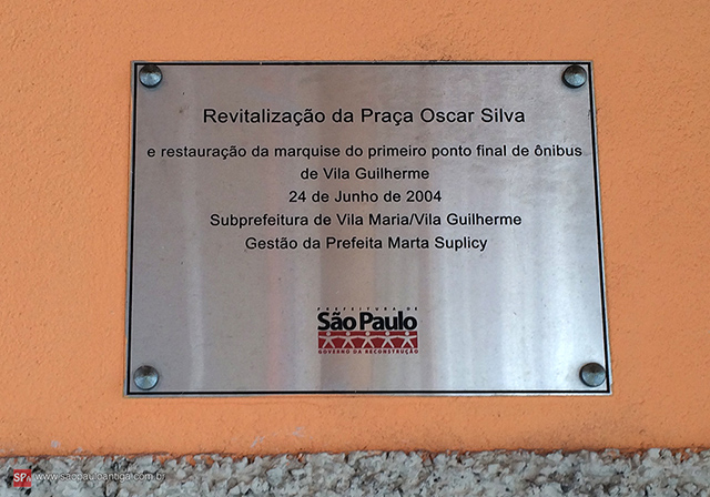 Placa comemorativa instalada no local.