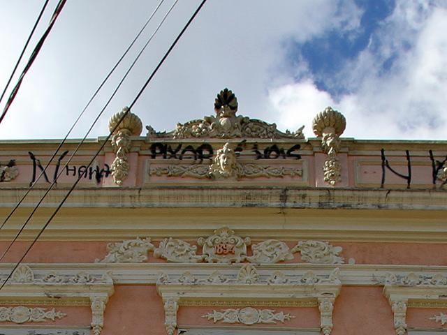 Na porça mais alta da fachada, no frontão, o ano de sua construção (clique para ampliar).