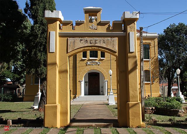 Pórtico de entrada da antiga cadeia (clique na foto para ampliar).