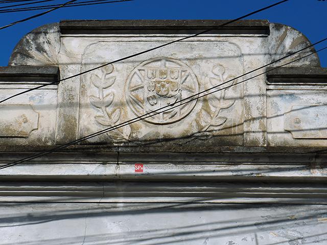Um escudo português na fachada (clique para ampliar).