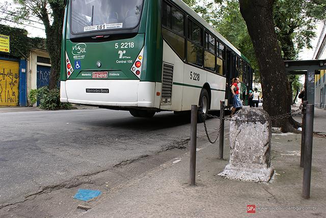 Marco fica ao lado de um ponto de ônibus (clique na foto para ampliar).