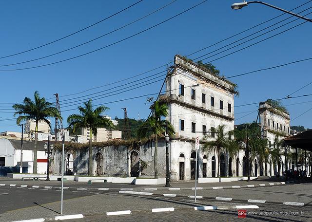 O imóvel ainda em ruínas em 2009 (clique na foto para ampliar).