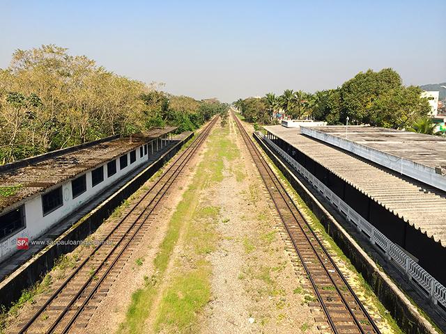As plataformas da estação vistas através da passarela (clique para ampliar).