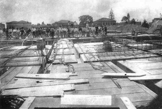 Operários diante da obra do Palacete Riachuelo, em 1927