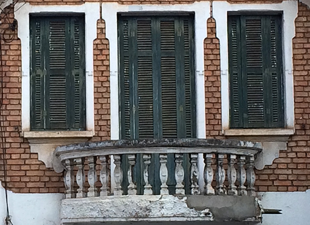 Detalhe da fachada do imóvel (clique na foto para ampliar).