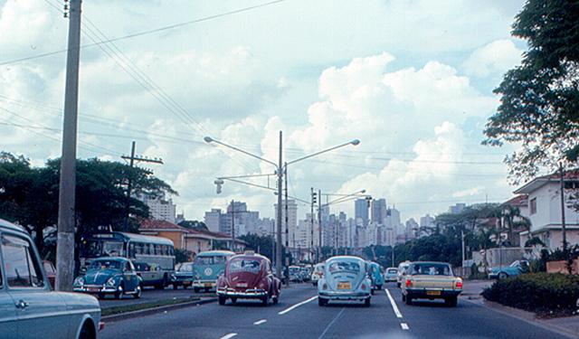 Muitos carros coloridos na Avenida 9 de Julho (clique na foto para ampliar)