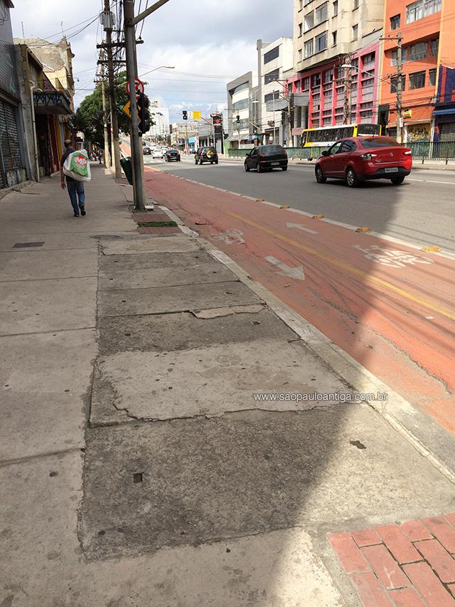 Entrada na calçada do Edifício R. Monteiro