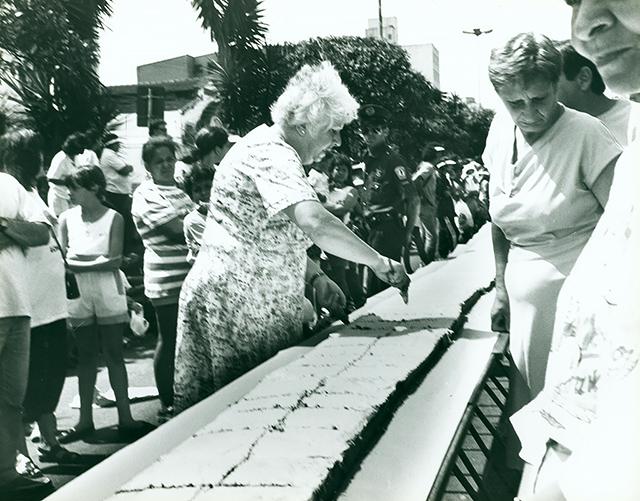 Voluntários cortam o bolo em 1992 (clique na foto para ampliar).