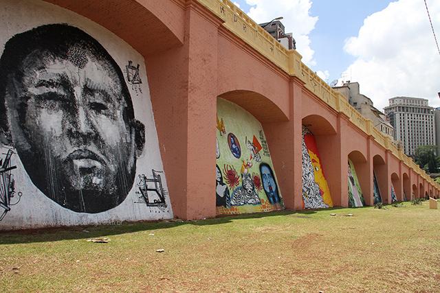 No grafite esquerdo, o que parece ser o ditador falecido da Venezuela, Hugo Chavez (clique para ampliar)