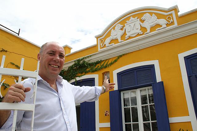 O empresário José Miguel no portão de sua casa (clique na foto para ampliar)
