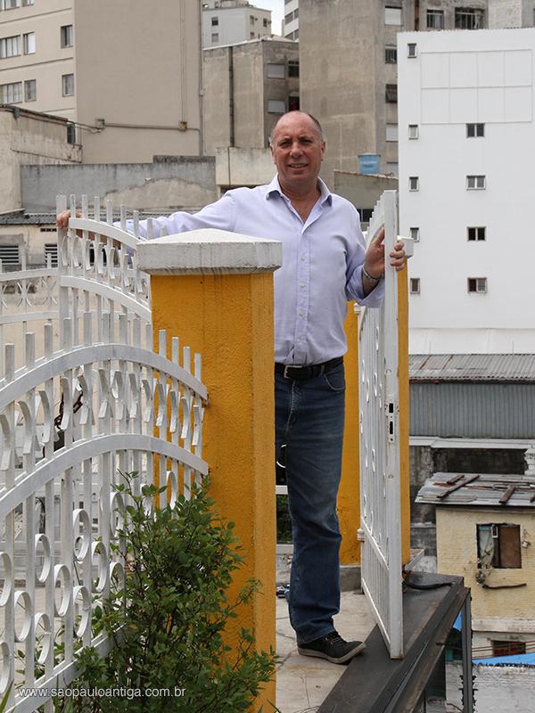 O empresário José Joaquim Miguel no portão da Casa Amarela