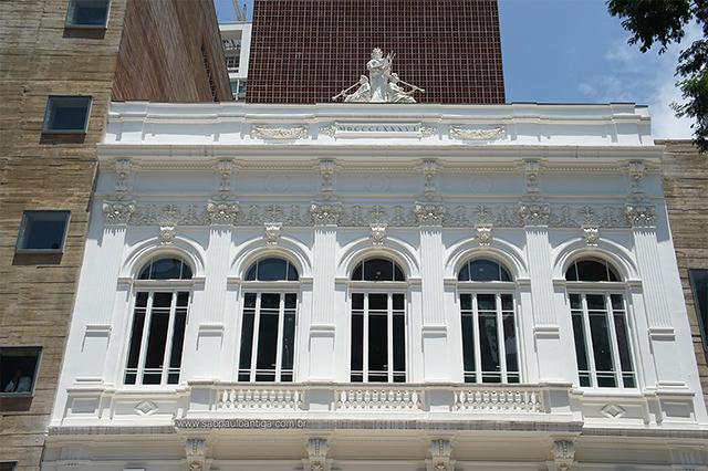 Fachada e frontão do prédio (clique para ampliar)
