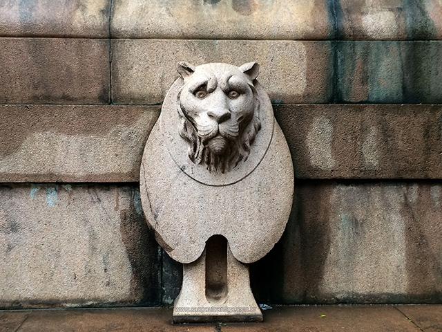 Um dos quatro leões que adornam o monumento (clique na foto para ampliar)