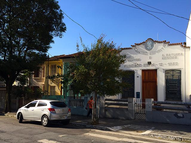 O centro espírita e casas vizinhas (clique na foto para ampliar)
