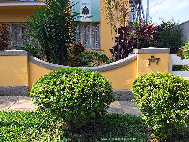 Detalhe do muro e calçada do casarão (clique na foto para ampliar).