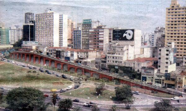 A rua Jandaia é a que fica acima dos arcos (foto)