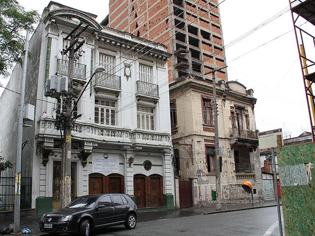 O edifício e seu vizinho: condições opostas (clique na foto para ampliar)