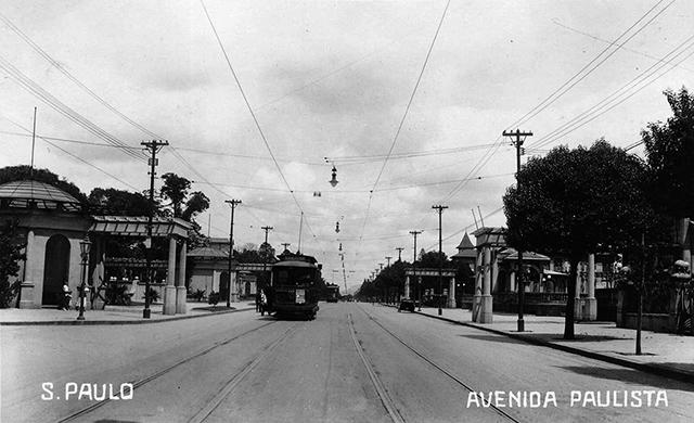 Avenida Paulista na década de 1910, apenas bondes e pedestres