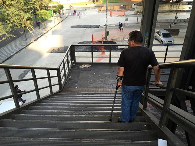 Dificuldade em descer a escadaria (clique na foto para ampliar)