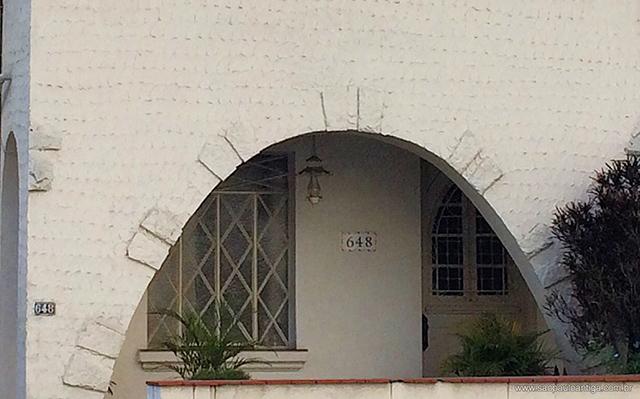 O arco na entrada principal da residência (clique na foto para ampliar).
