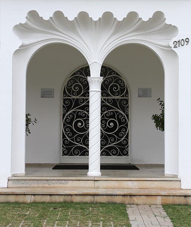 A bela entrada do casarão