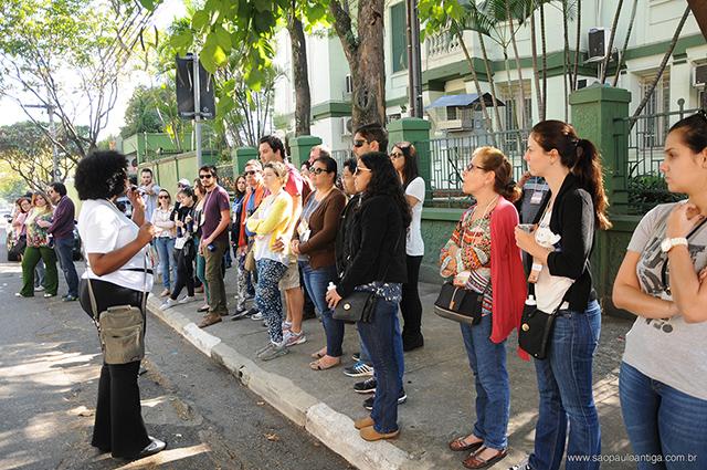 Deborah Fabrício, nossa guia de turismo, e os participantes do tour (clique na foto para ampliar)