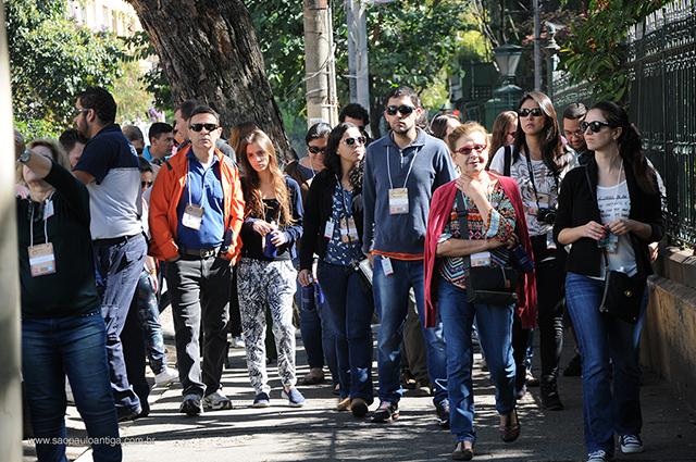 Participantes caminham pela rua Guaianases