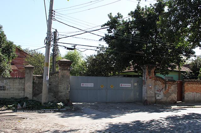 Porta de uma das oficinais, na rua Antônio Fidélis (clique para ampliar)