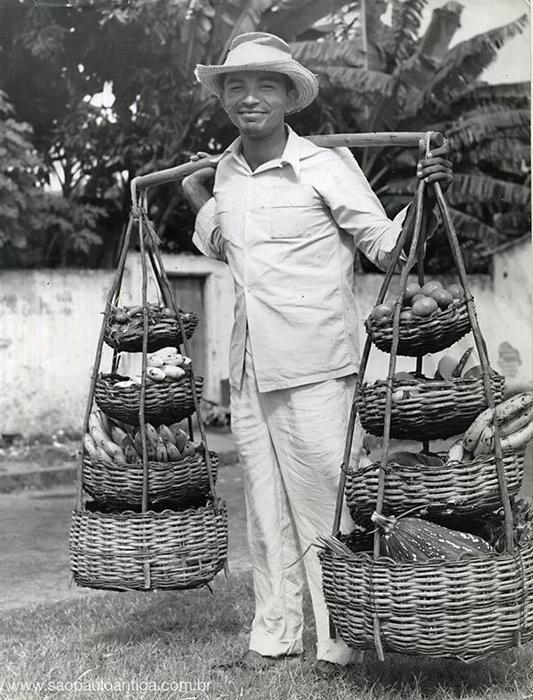 Vendedor de frutas em São Paulo (ano de 1958)