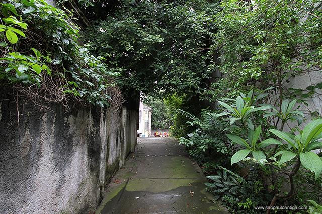 O início da pequena rua é assim (clique na foto para ampliar)