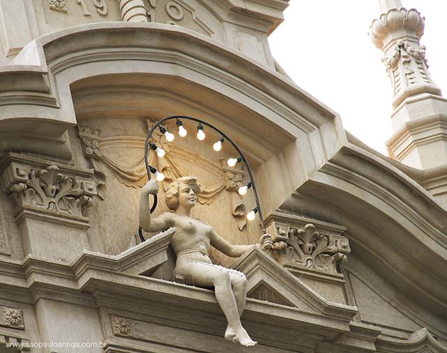 Escultura no frontão do palacete (clique na foto para ampliar)