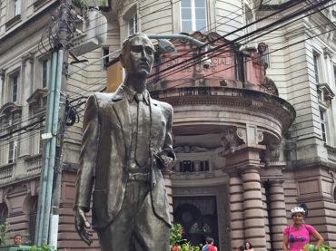 """Vandalismo ataca escultura """"Corretor de Café"""" mais uma vez"""